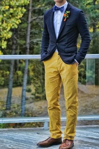 Как и с чем носить: темно-синий шерстяной пиджак, голубая классическая рубашка, желтые брюки чинос, коричневые кожаные броги