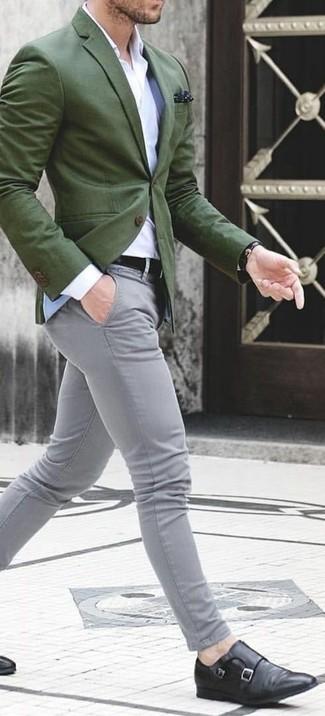 Как и с чем носить: оливковый пиджак, белая классическая рубашка, серые брюки чинос, черные кожаные монки с двумя ремешками