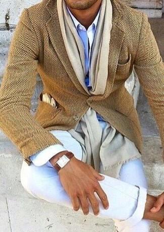 """Как и с чем носить: светло-коричневый шерстяной пиджак с узором """"в ёлочку"""", голубая классическая рубашка, белые брюки чинос, бежевый шарф"""