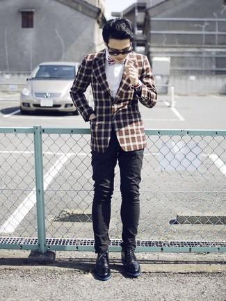 Как и с чем носить: коричневый пиджак в клетку, белая классическая рубашка, черные брюки чинос, черные кожаные ботинки дезерты