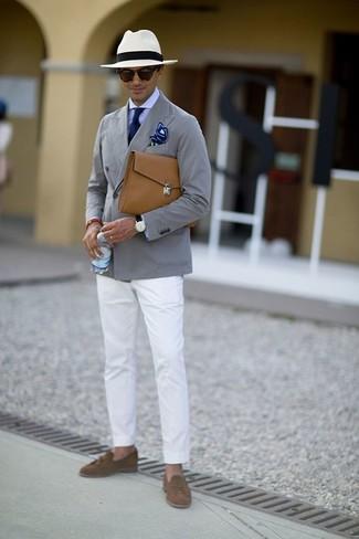 Как и с чем носить: серый хлопковый пиджак, светло-фиолетовая классическая рубашка, белые брюки чинос, коричневые замшевые лоферы с кисточками
