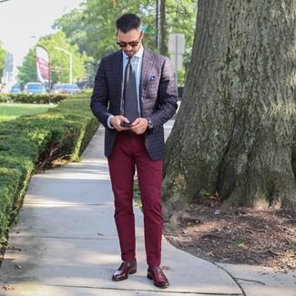 Как и с чем носить: темно-коричневый пиджак в клетку, голубая классическая рубашка, темно-красные брюки чинос, темно-красные кожаные лоферы
