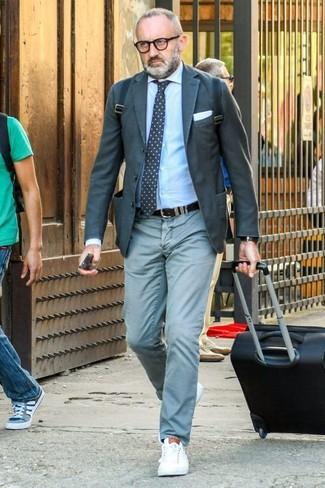 Как и с чем носить: темно-серый пиджак, голубая классическая рубашка, мятные брюки чинос, белые кожаные низкие кеды