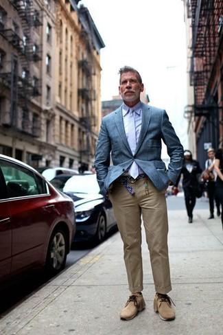 Как и с чем носить: синий пиджак, светло-фиолетовая классическая рубашка, светло-коричневые брюки чинос, светло-коричневые замшевые ботинки дезерты