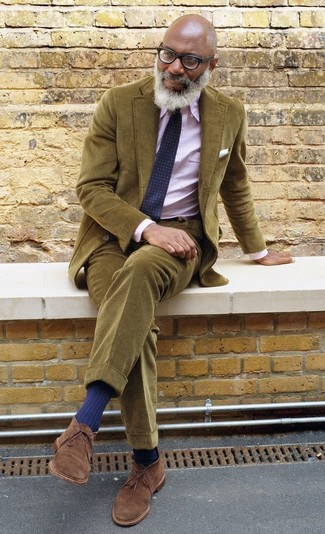 Как и с чем носить: оливковый вельветовый пиджак, розовая классическая рубашка в вертикальную полоску, оливковые вельветовые брюки чинос, коричневые замшевые ботинки дезерты