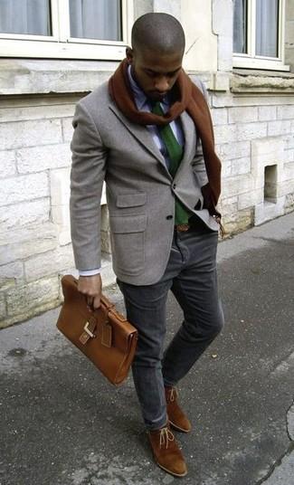 Как и с чем носить: серый шерстяной пиджак, белая классическая рубашка, черные вельветовые брюки чинос, коричневые замшевые ботинки дезерты