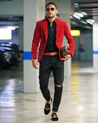 Как и с чем носить: красный вельветовый пиджак, черная классическая рубашка, черные брюки чинос, черные бархатные лоферы с вышивкой