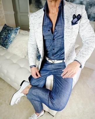 Как и с чем носить: белый твидовый пиджак, синяя классическая рубашка из шамбре, синие брюки чинос из шамбре, белые кожаные лоферы с кисточками