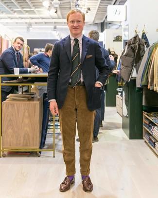 Как и с чем носить: черный пиджак, бежевая классическая рубашка в вертикальную полоску, коричневые вельветовые брюки чинос, коричневые кожаные лоферы с кисточками