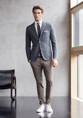Как и с чем носить: серый хлопковый пиджак, белая классическая рубашка, светло-коричневые брюки чинос, белые кожаные низкие кеды