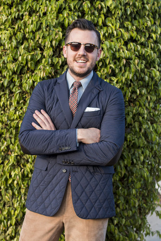 Светло-коричневые вельветовые брюки чинос: с чем носить и как сочетать: Черный стеганый пиджак в паре со светло-коричневыми вельветовыми брюками чинос безусловно будет обращать на себя внимание красивых дам.