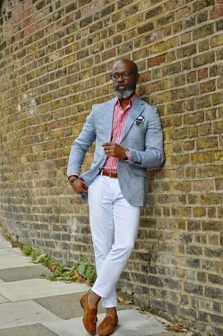 Как и с чем носить: серый пиджак, бело-красная классическая рубашка в мелкую клетку, белые брюки чинос, табачные замшевые лоферы с кисточками