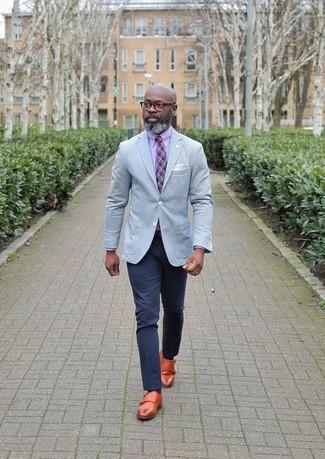 Как и с чем носить: серый пиджак, розовая классическая рубашка, темно-синие брюки чинос, табачные кожаные монки с двумя ремешками
