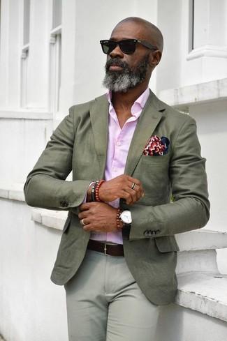 Как и с чем носить: оливковый пиджак, розовая классическая рубашка, серые брюки чинос, бело-красно-синий нагрудный платок