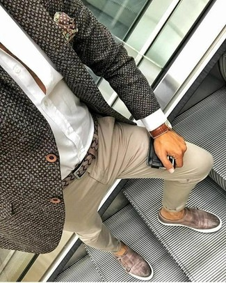 Как и с чем носить: темно-коричневый твидовый пиджак, белая классическая рубашка, бежевые брюки чинос, коричневые кожаные монки с двумя ремешками