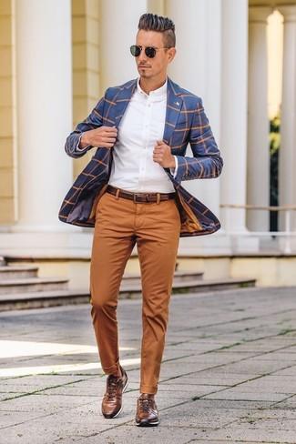 Как и с чем носить: синий пиджак в клетку, белая классическая рубашка, табачные брюки чинос, коричневые кожаные низкие кеды