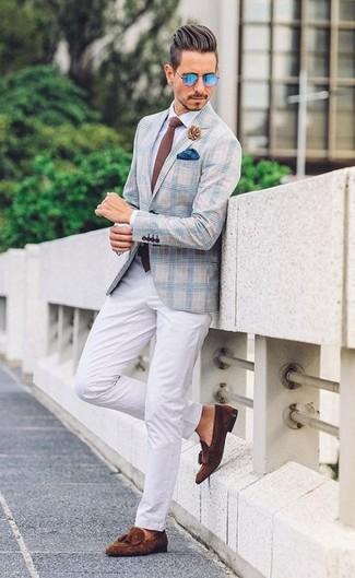 Как и с чем носить: голубой пиджак в шотландскую клетку, белая классическая рубашка, белые брюки чинос, темно-коричневые замшевые лоферы с кисточками