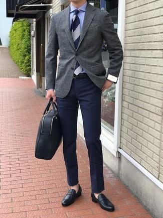 Как и с чем носить: серый пиджак, синяя классическая рубашка, темно-синие брюки чинос, черные кожаные лоферы