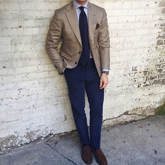 Как и с чем носить: коричневый пиджак, голубая классическая рубашка, темно-синие брюки чинос, темно-коричневые замшевые лоферы с кисточками
