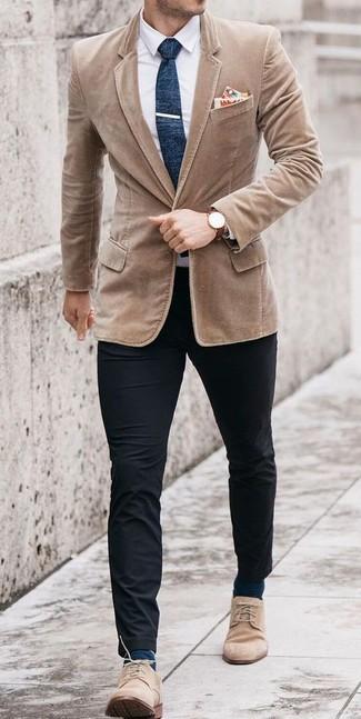 Как и с чем носить: светло-коричневый вельветовый пиджак, белая классическая рубашка, черные брюки чинос, бежевые замшевые ботинки дезерты