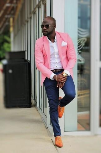 Как и с чем носить: розовый пиджак, белая классическая рубашка, темно-синие брюки чинос, оранжевые кожаные оксфорды