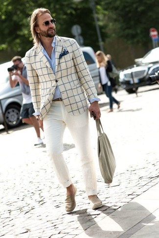 Как и с чем носить: бежевый пиджак в клетку, голубая классическая рубашка, бежевые брюки чинос, бежевые джинсовые слипоны