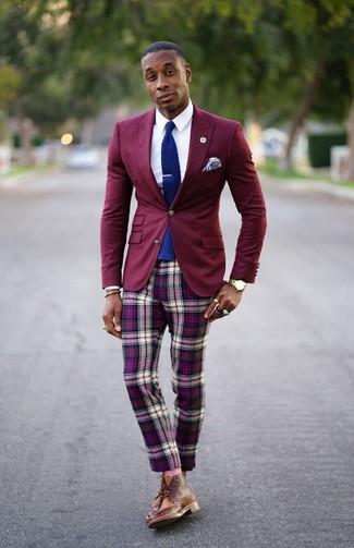 Как и с чем носить: темно-красный пиджак, белая классическая рубашка, пурпурные брюки чинос в шотландскую клетку, коричневые кожаные ботинки броги