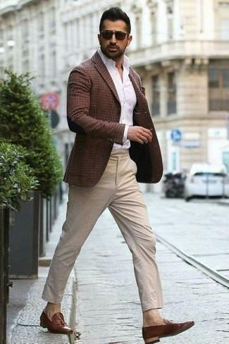 Как и с чем носить: темно-коричневый пиджак в клетку, белая классическая рубашка, бежевые брюки чинос, коричневые кожаные лоферы с кисточками
