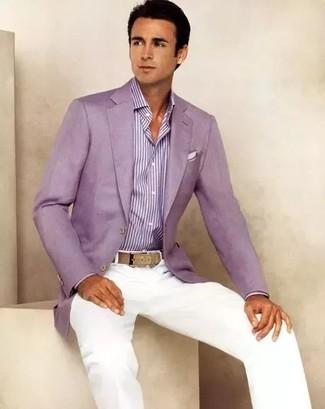 Как и с чем носить: пурпурный пиджак, пурпурная классическая рубашка в вертикальную полоску, белые брюки чинос, белый нагрудный платок
