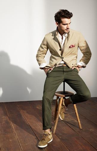 Как и с чем носить: бежевый хлопковый пиджак, белая классическая рубашка, оливковые брюки чинос, оливковые замшевые ботинки дезерты