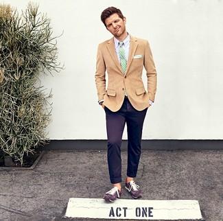 Как и с чем носить: светло-коричневый вельветовый пиджак, светло-фиолетовая классическая рубашка, фиолетовые брюки чинос, фиолетовые замшевые низкие кеды