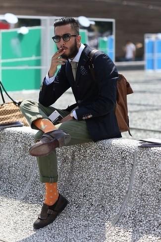 Как и с чем носить: темно-синий пиджак, белая классическая рубашка, оливковые брюки чинос, темно-коричневые кожаные лоферы с кисточками