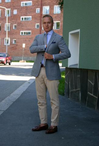 Как и с чем носить: голубой пиджак, голубая классическая рубашка, бежевые брюки чинос, темно-коричневые кожаные лоферы с кисточками