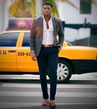 Как и с чем носить: серый шерстяной пиджак, белая классическая рубашка, темно-синие брюки чинос, коричневые кожаные лоферы