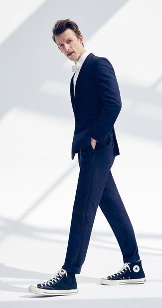 Как и с чем носить: темно-синий пиджак, белая классическая рубашка, темно-синие брюки чинос, темно-синие высокие кеды из плотной ткани