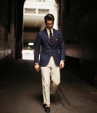 Как и с чем носить: темно-синий пиджак, белая классическая рубашка, бежевые льняные брюки чинос, черные кожаные лоферы