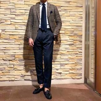 Модный лук: коричневый пиджак в клетку, голубая классическая рубашка, темно-синие брюки чинос, черные кожаные лоферы с кисточками