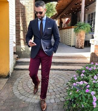 Как и с чем носить: темно-серый пиджак в клетку, голубая классическая рубашка, темно-красные брюки чинос, коричневые кожаные броги