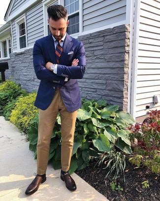 Как и с чем носить: темно-синий пиджак, голубая классическая рубашка, светло-коричневые брюки чинос, темно-коричневые кожаные оксфорды