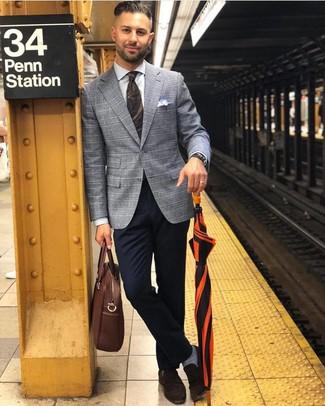 Коричневый кожаный портфель: с чем носить и как сочетать: Если ты делаешь ставку на комфорт и функциональность, серый пиджак в шотландскую клетку и коричневый кожаный портфель — превосходный вариант для стильного повседневного мужского лука. Теперь почему бы не добавить в этот ансамбль на каждый день немного изысканности с помощью темно-коричневых замшевых лоферов?