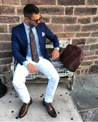 Как и с чем носить: темно-синий пиджак, голубая классическая рубашка, белые брюки чинос, темно-коричневые кожаные оксфорды