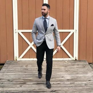 Как и с чем носить: серый пиджак, серая классическая рубашка, черные брюки чинос, черные кожаные туфли дерби