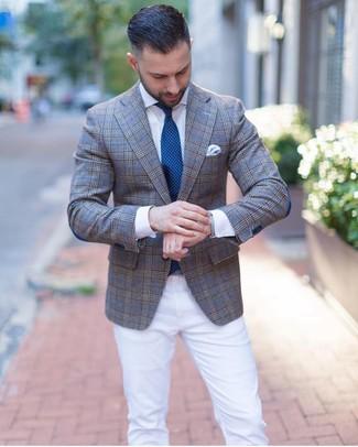 Как и с чем носить: серый пиджак в шотландскую клетку, белая классическая рубашка, белые брюки чинос, темно-бирюзовый галстук в горошек