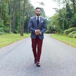 Как и с чем носить: темно-синий пиджак, белая классическая рубашка, темно-красные брюки чинос, темно-красные кожаные лоферы