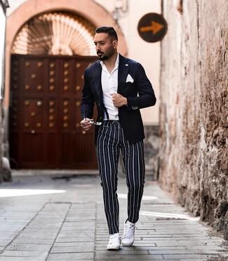 Как и с чем носить: темно-синий пиджак, белая классическая рубашка, темно-синие брюки чинос в вертикальную полоску, белые кожаные низкие кеды