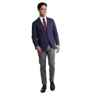 Модные мужские луки 2020 фото: Комбо из темно-синего пиджака и темно-серых брюк чинос — необыденный вариант для офиса. Что до обуви, закончи образ черными кожаными ботинками дезертами.
