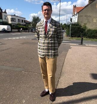 Как и с чем носить: оливковый пиджак в шотландскую клетку, белая классическая рубашка, светло-коричневые брюки чинос, темно-красные кожаные лоферы с кисточками
