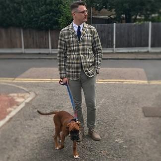Темно-сине-белый вязаный галстук: с чем носить и как сочетать мужчине: Оливковый пиджак в шотландскую клетку смотрится выигрышно в паре с темно-сине-белым вязаным галстуком. Чтобы ансамбль не получился слишком вычурным, можно дополнить его серыми замшевыми ботинками дезертами.