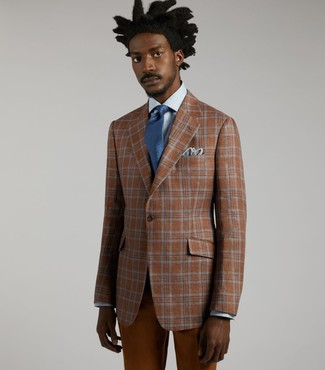 Как и с чем носить: табачный пиджак в шотландскую клетку, голубая классическая рубашка, табачные брюки чинос, синий галстук