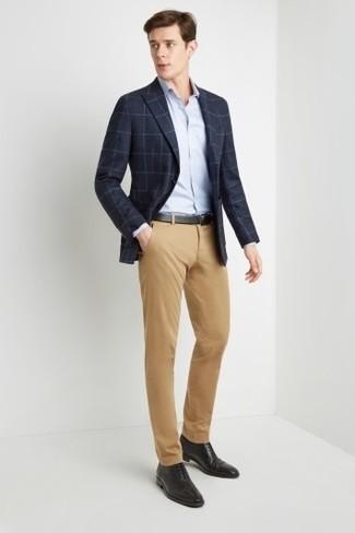 Как и с чем носить: темно-синий пиджак в клетку, голубая классическая рубашка, светло-коричневые брюки чинос, черные кожаные оксфорды